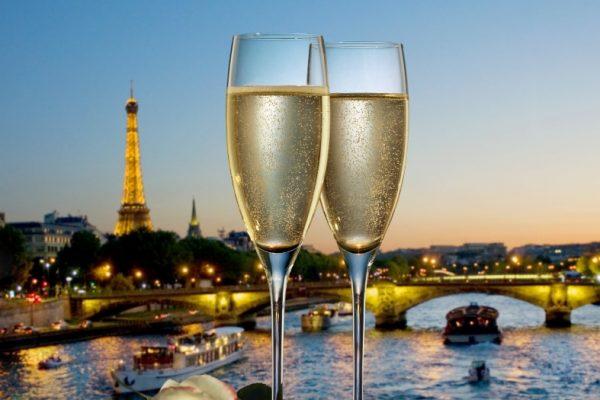 Coupes de champagne avec vue de Paris la nuit